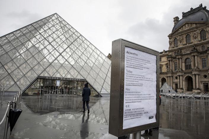 A sign advising of the closure of Louvre Museum due to staff worries over the coronavirus outbreak sits on display outside the tourist attraction in Paris, France, on Monday, March 2, 2020. (Adrienne Surprenant/Bloomberg via Getty Images)