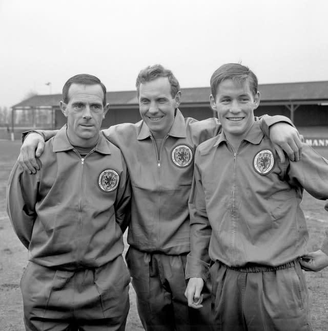 Bobby Brown, centre, with Ronnie Simpson, left, and Jim McCalliog, right, ahead of the match against England (PA)