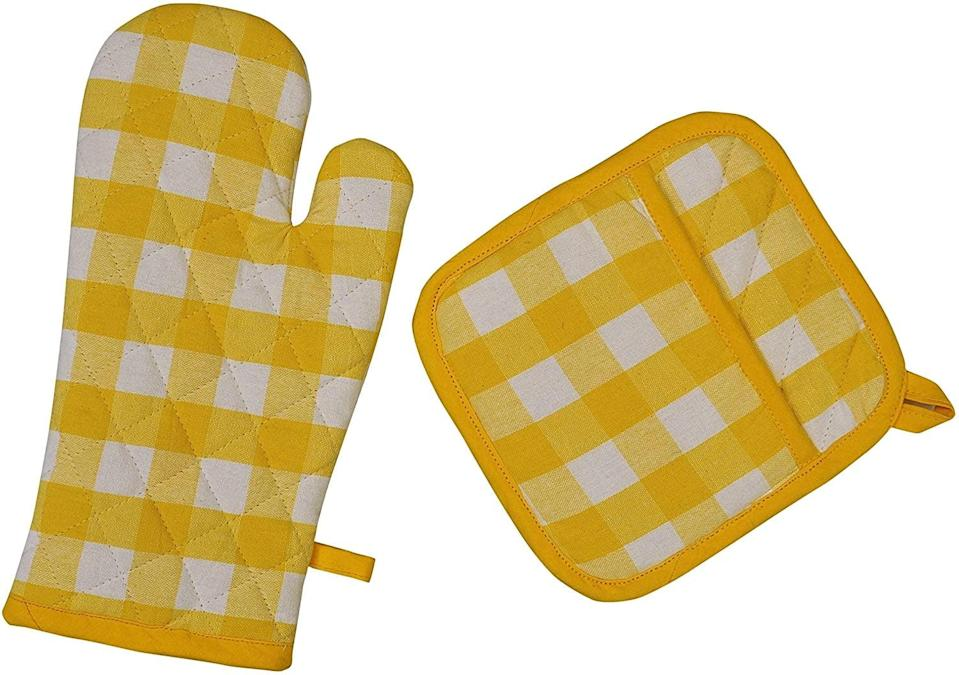 <p>These <span> Yourtablecloth Set of Checkered Oven Mitt and Oven Gloves</span> ($9) will make you smile.</p>