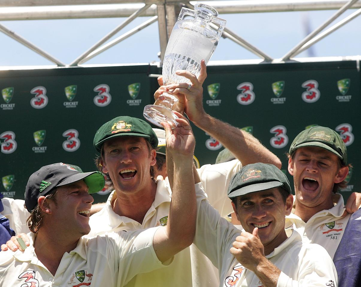 SYDNEY, AUSTRALIA - JANUARY 05:  (L-R) Shane Warne, Glenn McGrath, Justin Langer and Adam Gilchchrist of Australia celebrate with the Ashes trophy after winning the final test and wrapping up the series 5-0 on day four of the fifth Ashes Test Match between Australia and England at the Sydney Cricket Ground on January 5, 2007 in Sydney, Australia.  (Photo by Hamish Blair/Getty Images)