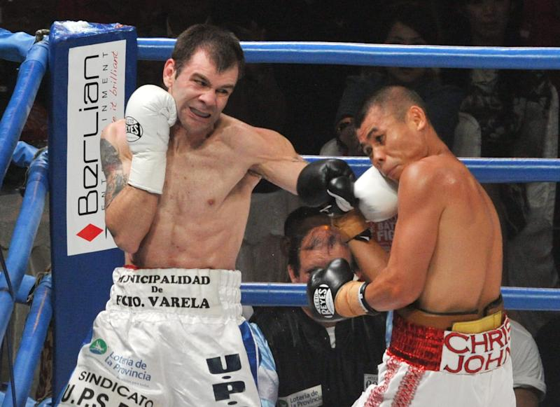 Argentina's Fernando Saucedo (L) fights with Indonesia's Chris John during their WBA Featherweight Title fight in Jakarta on December 5, 2010