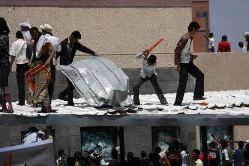 Yemeni protesters try to break through the US embassy in Sanaa on September 13