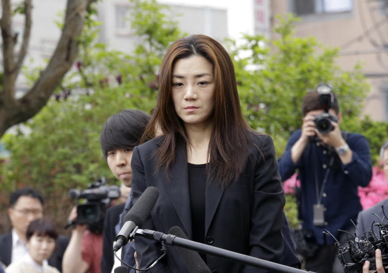Korean Air heiress apologies before police questioning
