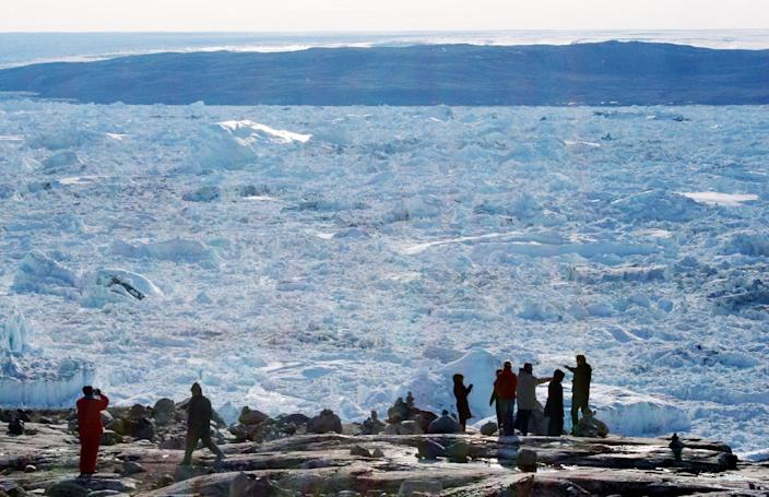 Tourists look out over the ice of the Ilulissat fjord on September 11, 2008 in Ilulissat, on the western coast of Greenland (AFP Photo/Steen Ulrik Johannessen)