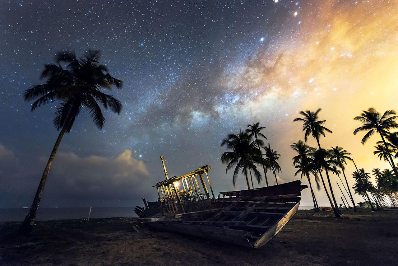 <p>A view of the Milky Way at night from a beach in Terengganu, Malaysia. (Photo: Grey Chow/Caters News) </p>
