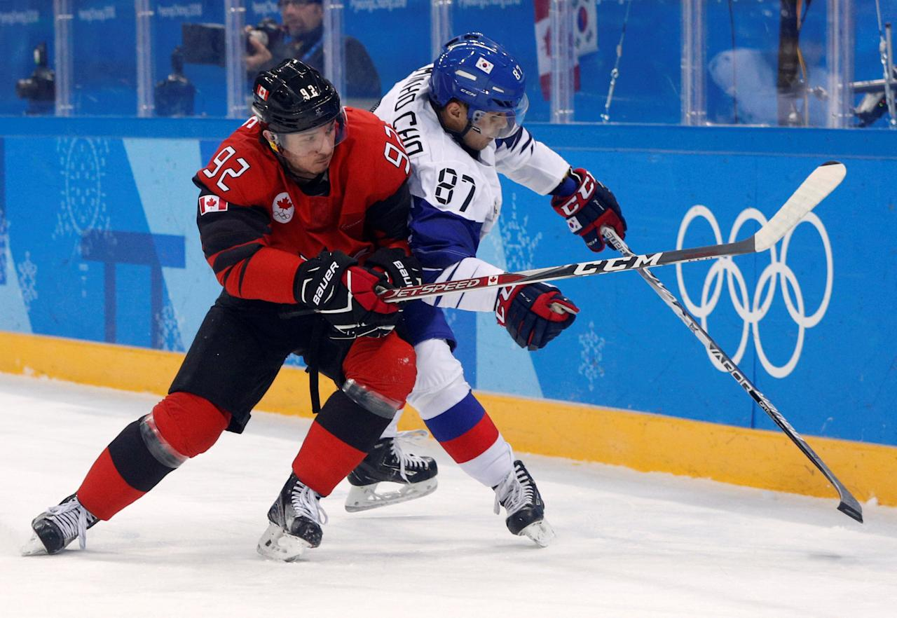 Ice Hockey - Pyeongchang 2018 Winter Olympics - Men's Preliminary Round Match - Canada v South Korea - Gangneung Hockey Centre, Gangneung, South Korea - February 18, 2018. Christian Thomas of Canada in action with Cho Minho of South Korea. REUTERS/Brian Snyder     TPX IMAGES OF THE DAY