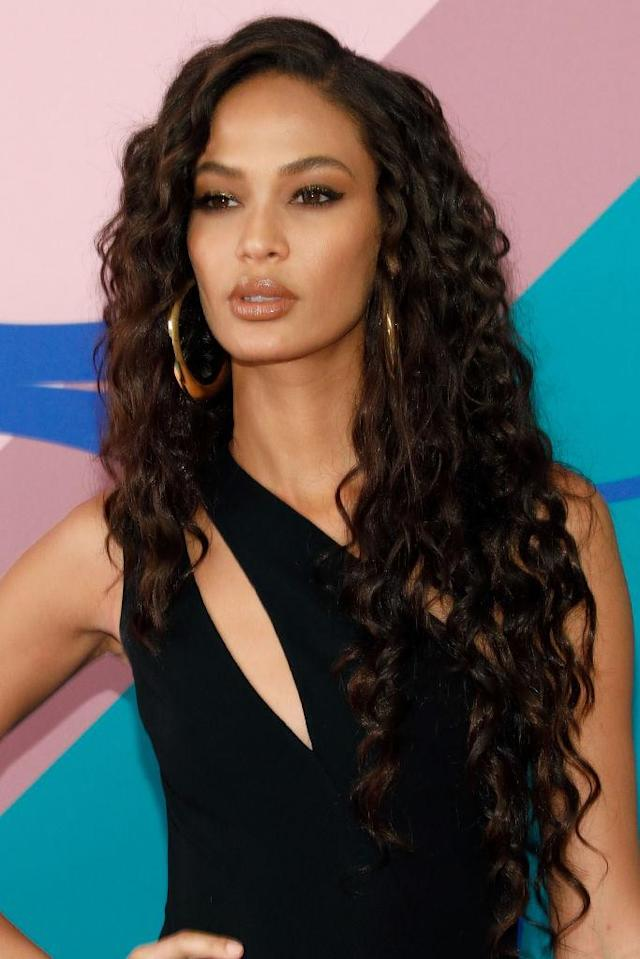 <p>Joan Smalls' long and scrunched waves, paired with her gold hoops, give a sexy finish that's hard to miss. (Photo by Taylor Hill/FilmMagic) </p>