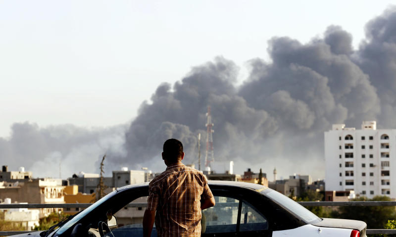 Black smoke billows across the sky after a petrol depot was set ablaze during clashes between rival militias near Tripoli's international airport on August 13, 2014 (AFP Photo/)