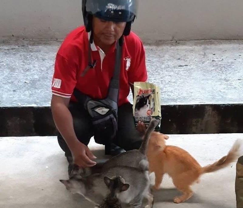 Former human resources executive Mohamad Azhar Alias works part-time as a road cleaner so he can afford to feed stray cats. — Picture from Facebook/Azhar Rawang Sejati