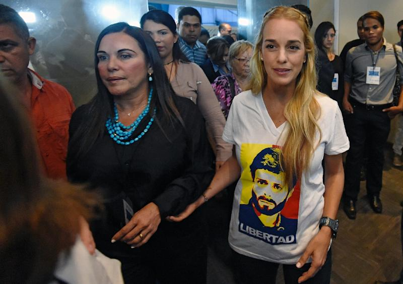 Lilian Tintori (R), wife of jailed Venezuelan opposition leader Leopoldo Lopez, walks during a rally in Caracas on December 4, 2015 (AFP Photo/Juan Barreto)