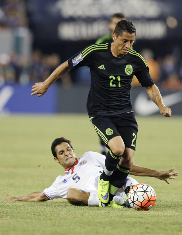 Mexico's Carlos Esquivel (21) breaks away from Costa Rica's Celso Borges (5) during the second half of a CONCACAF Gold Cup soccer match Sunday, July 19, 2015, at MetLife stadium in East Rutherford, N.J. (AP Photo/Mel Evans)