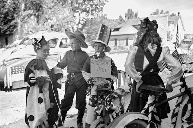 <p>Children wait for an Independence Day parade to begin, Vale, Ore., 1941. (Photo: Corbis via Getty Images) </p>
