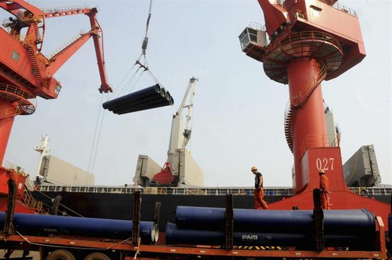 Labourers work at a port in Lianyungang, Jiangsu province, September 7, 2013. REUTERS/China Daily