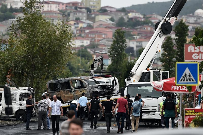 Turkish special force police officers take away damaged vehicles next to the police station on August 10, 2015 at the Sultanbeyli district in Istanbul, after a suspected suicide bomber detonated a vehicle packed with explosives (AFP Photo/Ozan Kose)