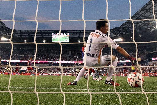Chivas goalkeeper Antonio Rodriguez is unable to stop a shot by Bayern Munich's Claudio Pizarro during a scoring opportunity off a corner kick during the first half of an international friendly soccer match at Red Bull Arena, Thursday, July 31, 2014, in Harrison, N.J. (AP Photo/Julio Cortez)