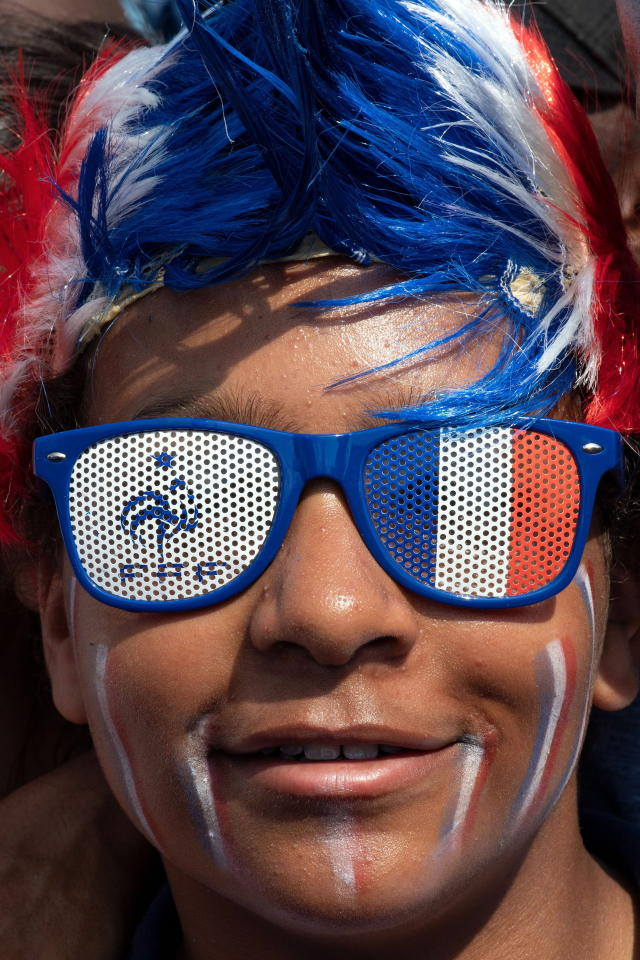 BOR128. Paris (France), 15/07/2018.- French soccer fan smiles during the FIFA World Cup 2018 final soccer match between Croatia and France, at the fan zone in Paris, France, 15 July 2018. (Croacia, Mundial de Fútbol, Francia) EFE/EPA/CAROLINE BLUMBERG
