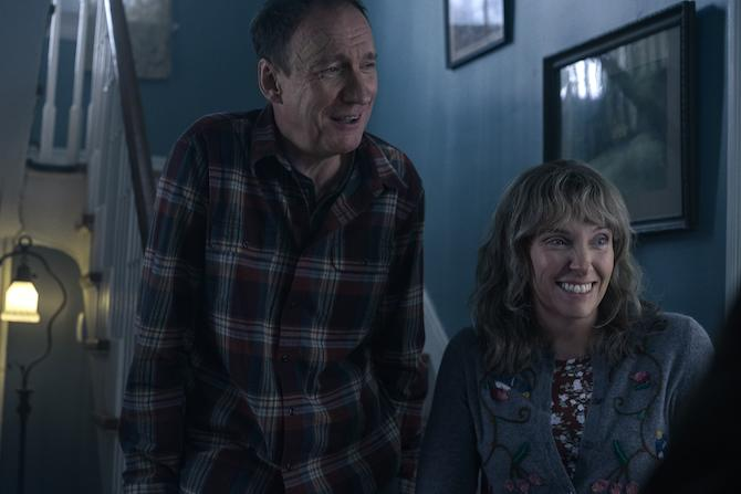 David Thewlis y Toni Collette (Mary Cybulski/Netflix)