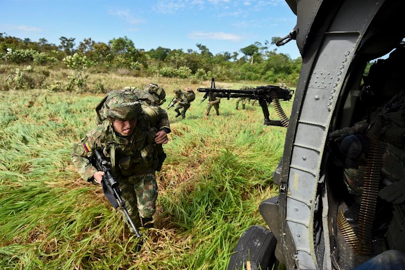 Colombian army pilots get into a helicopter near Puinawai, Colombia, on November 26, 2015