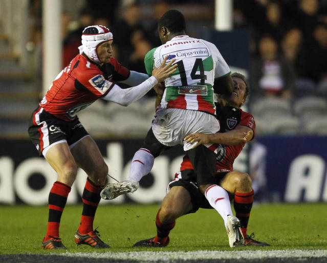Taku Ngwenya of Biarritz (C) is tackled by Matt Giteau of Toulon (L) and Jonny Wilkinson of Toulon (R) during the European Challenge Cup Final Rugby Union match between Toulon and Biarritz at Twickenham Stoop in Twickenham, England, on May 18, 2012. AFP PHOTO / IAN KINGTON IAN KINGTON/AFP/GettyImages
