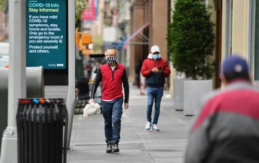 People wear face masks on April 03, 2020 in New York