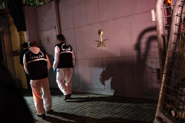 Turkish forensic police officers arrive at the Saudi Arabian consulate in Istanbul on October 18, 2018 (AFP Photo/Yasin AKGUL)