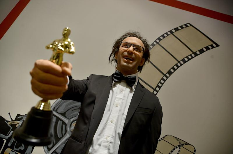 Roberto Benigni com sua estatueta do Oscar (Foto: Filippe Monteforte/AFP/Getty Images)