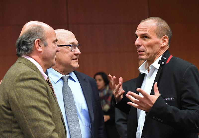 Greek Finance Minister Yanis Varoufakis (R) speaks with his French counterpart Michel Sapin and Spanish counterpart Luis de Guindos Jurado during an Eurogroup finance ministers meeting in Brussels on February 20, 2015 (AFP Photo/Emmanuel Dunand)