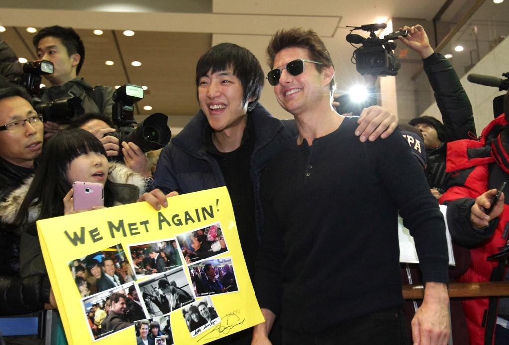 INCHEON, SOUTH KOREA - JANUARY 09:  Actor Tom Cruise poses with fans as he arrives at Incheon International Airport on January 9, 2013 in Incheon, South Korea.  (Photo by Chung Sung-Jun/Getty Images for Paramount Pictures)