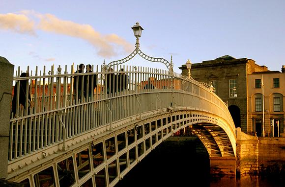 Ha'penny Bridge, Dublin (Photo: MangakaMaiden Photography / flickr)