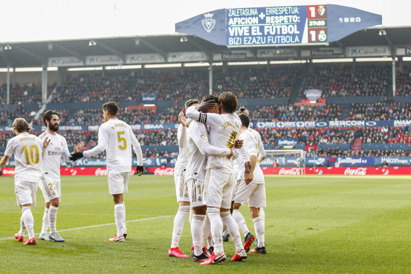 , SPAIN - FEBRUARY 9: (L-R) Luka Modric of Real Madrid, Isco of Real Madrid, Raphael Varane of Real Madrid, Casemiro of Real Madrid, Sergio Ramos of Real Madrid celebrates goal 1-2 during the La Liga Santander match between Osasuna v Real Madrid on February 9, 2020 (Photo by David S. Bustamante/Soccrates/Getty Images)