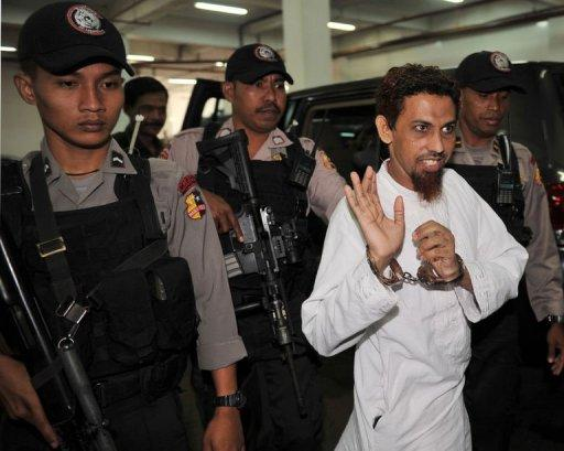 Indonesian terror suspect Umar Patek (2nd R) arrives at West Jakarta court on May 21, 2012, accused of being a central figure in the 2002 attacks on two nightclubs on the Indonesian resort island of Bali which killed 202 people, including 88 Australian tourists