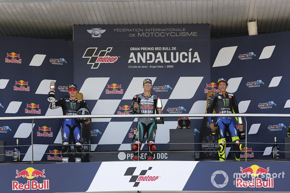 "Podio: 1º Fabio Quartararo, Petronas Yamaha SRT, 2º Maverick Viñales, Yamaha Factory Racing, 3º Valentino Rossi, Yamaha Factory Racing<span class=""copyright"">Gold and Goose / Motorsport Images</span>"