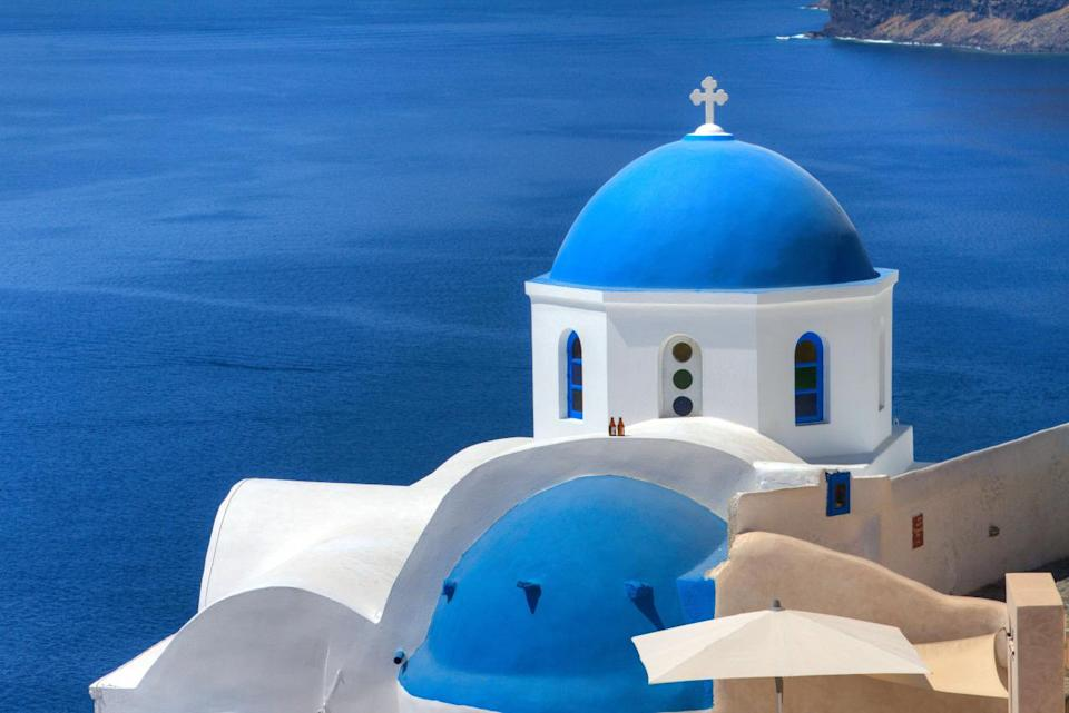 <p>Sky, sea and spherical roofs stand out in striking blue on the Greek island of Santorini. Although there are hundreds of churches on this island in the med, those with blue-domed roofs in Oia and Fira are the most iconic. (Photo: Flickr / Geee Kay)</p>