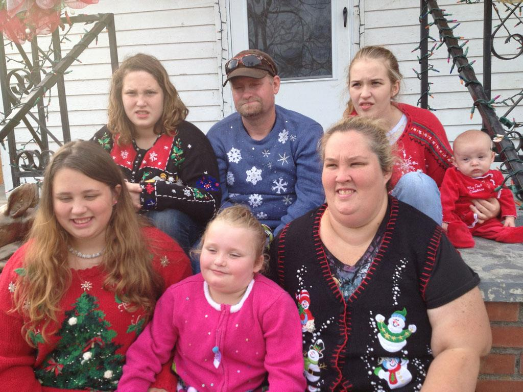 Honey Boo Boo and the family get in the Christmas spirit as they gear up for their annual Christmas display and charity drive. Penny-pinching June takes the family to the flea market to find Christmas deals and also teaches them the joy of re-gifting.