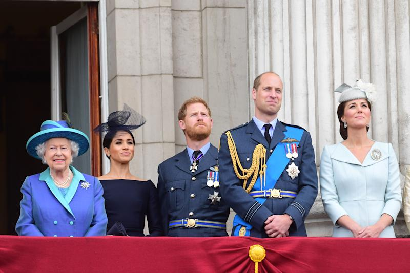 LONDON, ENGLAND - JULY 10: Queen Elizabeth II, Meghan, Duchess of Sussex, Prince Harry, Duke of Sussex, Prince William Duke of Cambridge and Catherine, Duchess of Cambridge watch the RAF 100th anniversary flypast from the balcony of Buckingham Palace on July 10, 2018 in London, England. (Photo by Paul Grover - WPA Pool/Getty Images)