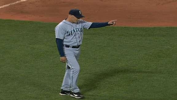 Mariners manager Robby Thompson signals for wrong reliever during ninth inning meltdown