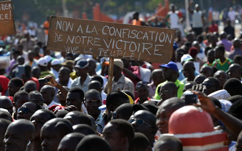 Opposition supporters protest at the Place de la Nation in Burkina Faso's capital Ouagadougou, on November 2, 2014 (AFP Photo/Issouf Sanogo)