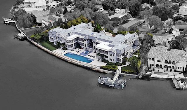 "New Buccaneers quarterback Tom Brady has reportedly moved into a massive Tampa, Fla., mansion owned by former New York Yankees star Derek Jeter. The residence sits on about half an acre overlooking the water. <span class=""copyright"">(Google Earth)</span>"