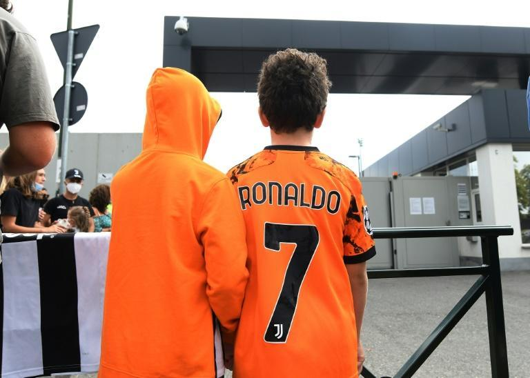 Juventuss fans wait for Cristiano Ronaldo outside the club's Continassa training centre in Turin on Friday (AFP/-)