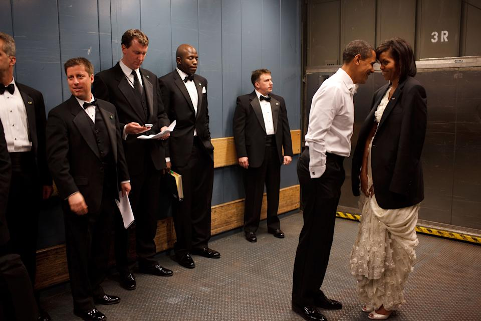 Le Président Barack Obama et la Première dame Michelle Obama dans un monte-charge lors d'un bal d'investiture, le 20 janvier 2009 à Washington. (Photo de Pete Souza/White House via Getty Images)