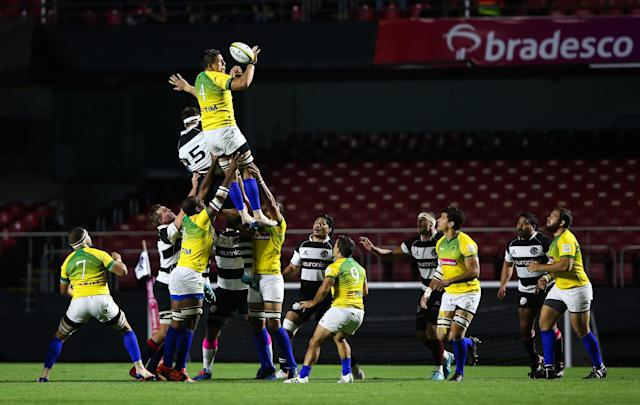 SAO PAULO, BRAZIL - NOVEMBER 20: Matteo dell'Acqua of Brazil fights for a lineout against Luke Jones of Barbarians during the friendly match between Brazil Rugby and Barbarians at Morumbi Stadium on November 20, 2019 in Sao Paulo, Brazil. (Photo by Alexandre Schneider/Getty Images)