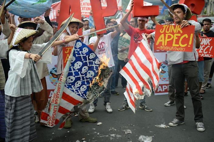 Protesters burn mock US flags near the venue where leaders are meeting for the Asia-Pacific Economic Cooperation (APEC) Summit in Manila on November 18, 2015 (AFP Photo/Ted Aljibe)