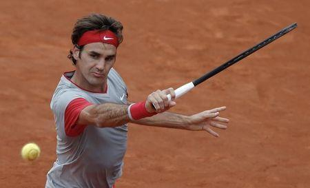 Roger Federer of Switzerland prepares to return the ball to Ernests Gulbis of Latvia during their men's singles match at the French Open tennis tournament at the Roland Garros stadium in Paris June 1, 2014. REUTERS/Gonzalo Fuentes