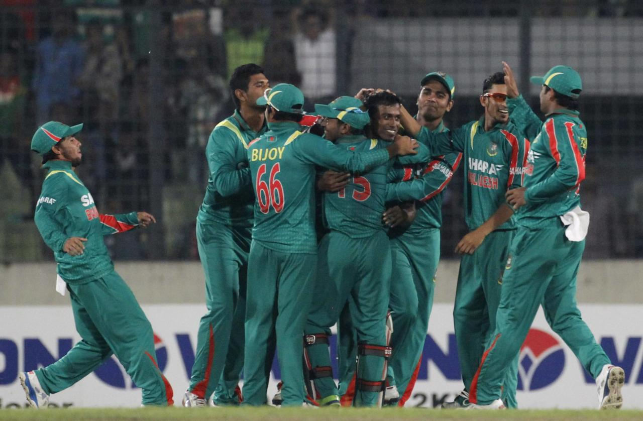 Bangladesh's fielders congratulate Rubel Hossain after he dismissed New Zealand's Ross Taylor successfully during their first one-day international (ODI) cricket match in Dhaka October 29, 2013. REUTERS/Andrew Biraj (BANGLADESH - Tags: SPORT CRICKET)
