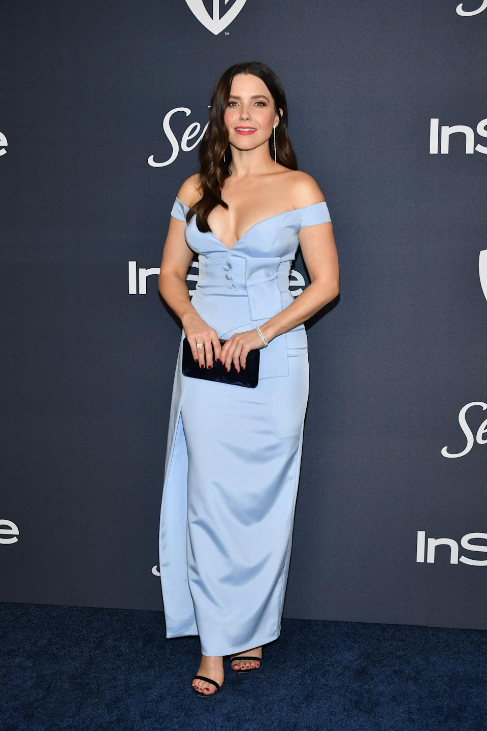 Wearing an icy blue off-the-shoulder dress and Jimmy Choo shoes. <em>[Photo: Getty]</em>
