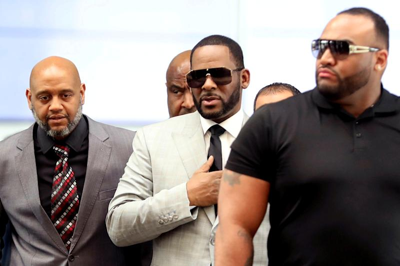 R. Kelly walks inside the Criminal Court Building as he arrives for a hearing on eleven new counts of criminal sexual abuse, in Chicago, Illinois, U.S., June 6, 2019. REUTERS/Daniel Acker