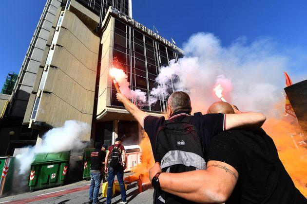 Protesters burn bengalos as they pass through the streets of the city during a general strike called by the grassroots unions against the Draghi government 'which starves the workers', according to the protesters, in Genoa, Italy, 11 October 2021. ANSA/LUCA ZENNARO  (Photo: LUCA ZENNAROANSA)