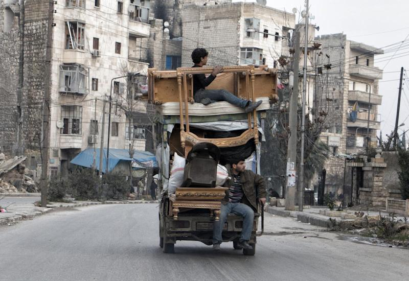 Syrians transport their belongings from one neighbourhood to another in the northern Syrian city of Aleppo on January 27, 2015 (AFP Photo/Karam al-Masri)