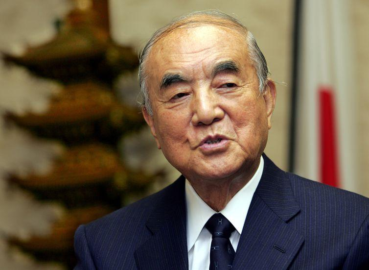 FILE PHOTO: Former Japanese prime minister Yasuhiro Nakasone speaks during an interview at his office in Tokyo , Japan November 22, 2005. REUTERS/Toshiyuki Aizawa/File Photo