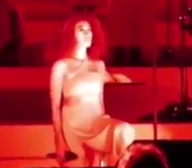 """<p>At the end of her performance of """"Don't Touch My Hair"""" at the Hollywood Bowl on Sunday, Solange slowly kneeled, stayed there for a moment, and after the crowded clapped, slowly rose back up. (Image: <a href=""""https://twitter.com/ComplexMusic/status/912698586382598146"""" rel=""""nofollow noopener"""" target=""""_blank"""" data-ylk=""""slk:Complex via Twitter"""" class=""""link rapid-noclick-resp"""">Complex via Twitter</a>)<br></p>"""